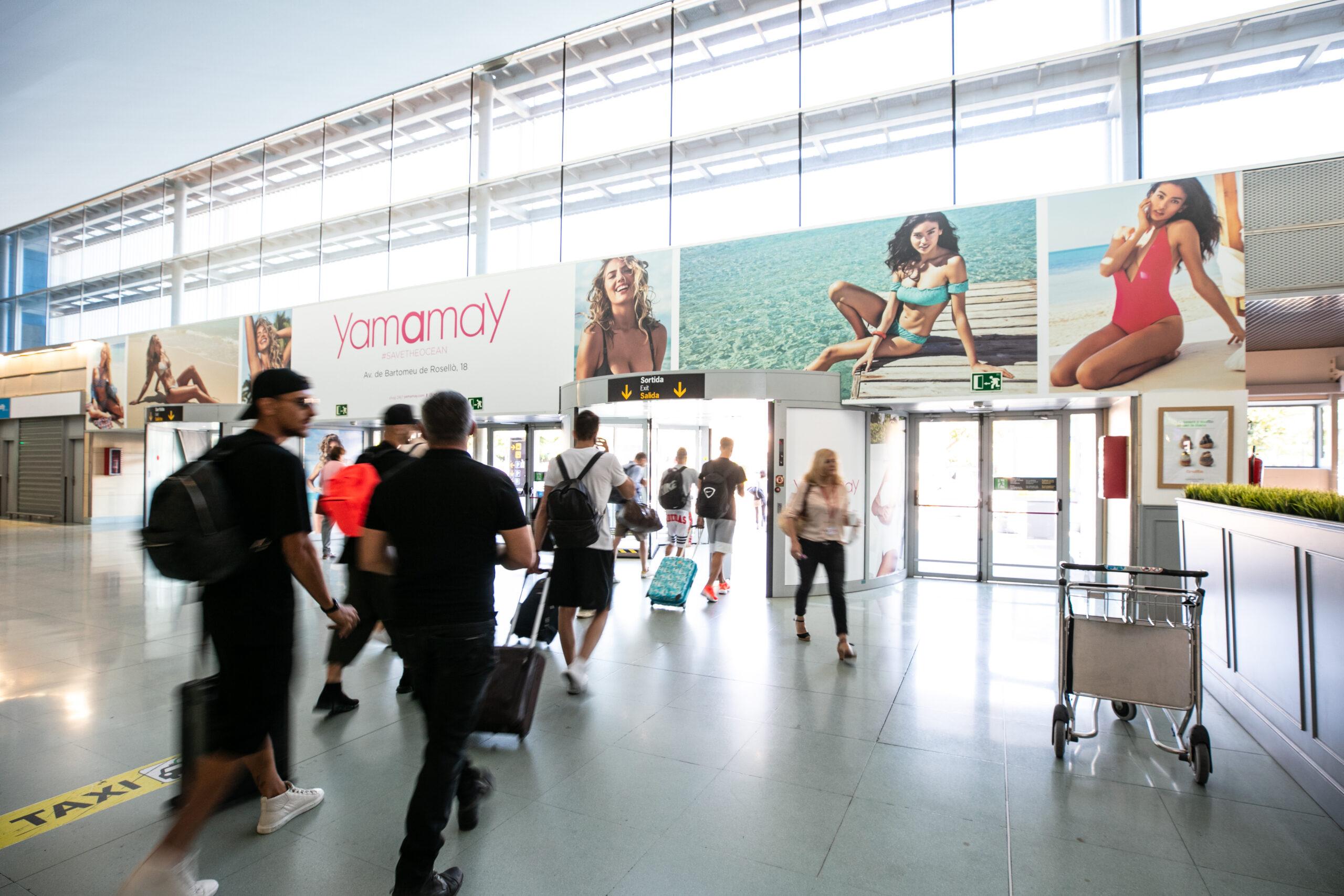 personalizzazione pubblicitaria della porta in uscita dall'aeroporto di Ibiza